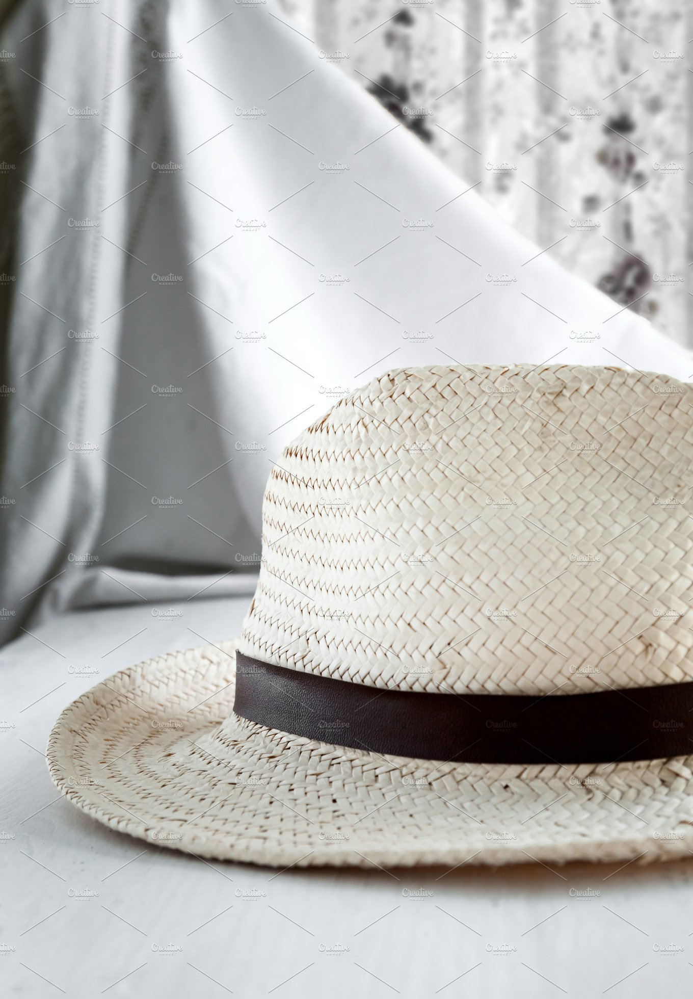 Straw hat on white table beauty fashion photos for Beauty table style css