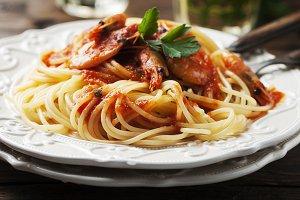 Spaghetti with prawns and tomato