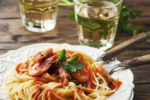 spaghetti with prawns and tomato