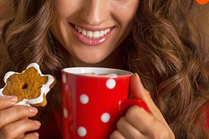 Closeup on smiling young woman with cup of hot chocolate and ch