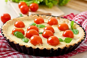 Tart with tomato and cheese