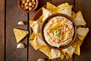 Hummus with olive oil and pita chips