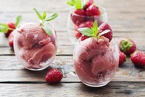 Sorbet with strawberry