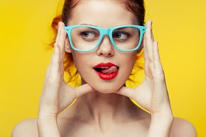 Яркая женщина в очках