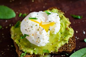 Poached egg and mashed avocado toast