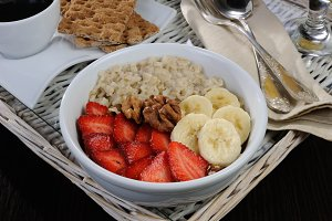 Oatmeal with strawberries and banana