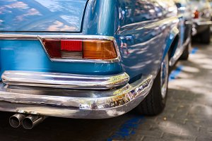 Back headlihgts of a blue vintage car