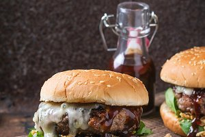 Hamburgers with beef and spinach