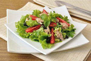 Salad with tuna, vegetables and mint