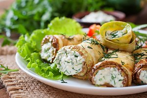 Zucchini rolls with cheese and dill