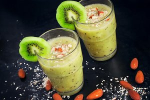 Green smoothie with kiwi, almonds and oat bran