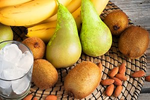 Smoothies Ingredients: bananas, kiwi, pears and ice