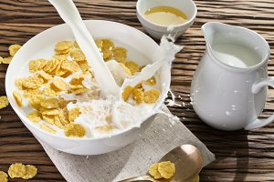 Сornflakes cereal and milk.