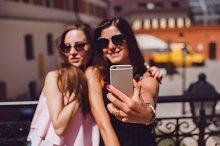 girls make  photo selfie