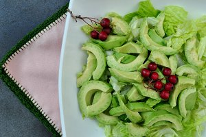 avocado salat with berries