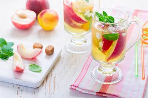 summer drink Peach Sweet Tea and ingredients