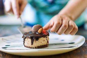 Confectioner make cake presentation.
