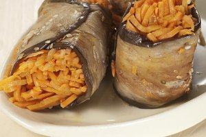Aubergine rolls with carrot