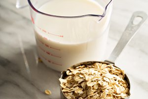 Cooking oatmeal with oats and milk