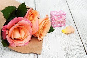 Pink roses with gift box