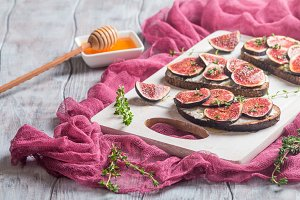 Fresh bread with figs