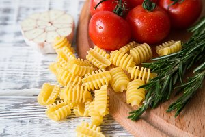Spaghetti and tomatoes with herbs