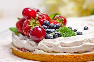 "Meringue Cake ""Pavlova"" with cream"