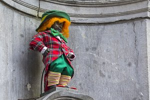 Manneken Pis dressed as clown red