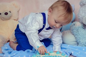 Baby boy gets to eat cake for the first time