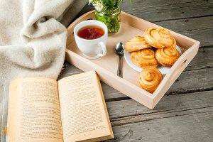 Cozy breakfast: tea, book & scones