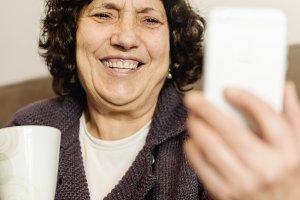 Senior woman using his mobile.