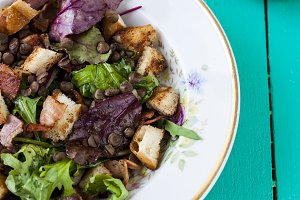 salad with bacon, lentils and croutons