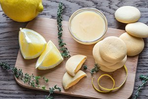 Biscuits filled with lemon cream
