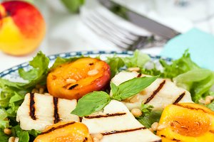 Grilled cheese and peaches salad