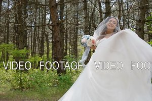 Beautiful bride pose with wedding bouquet