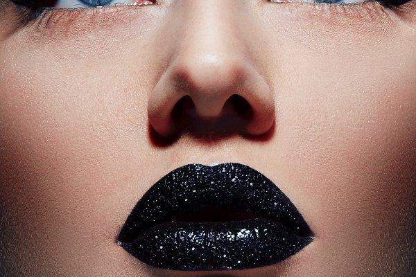 Black lipstick on the lips plump.