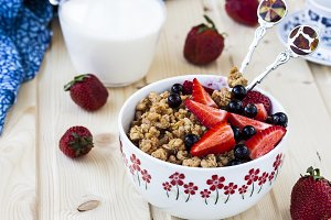 granola with strawberries and blackcurrant