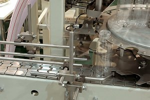 Conveyor product line for pouring beverage bottles