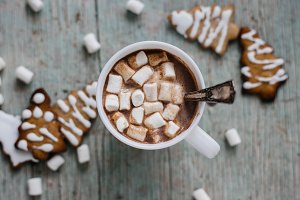 cocoa with marshmallows and cookies