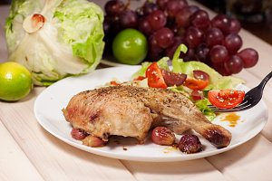 Baked chicken with grapes