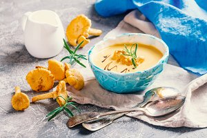 Mushroom cream soup with chanterelles