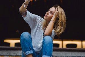 girl on the steps of making selfie