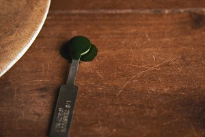 Spirulina in measure spoon