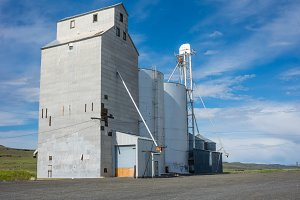 Grain elevator and storage silo