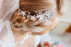 Beautiful tiara on nice bride's head.