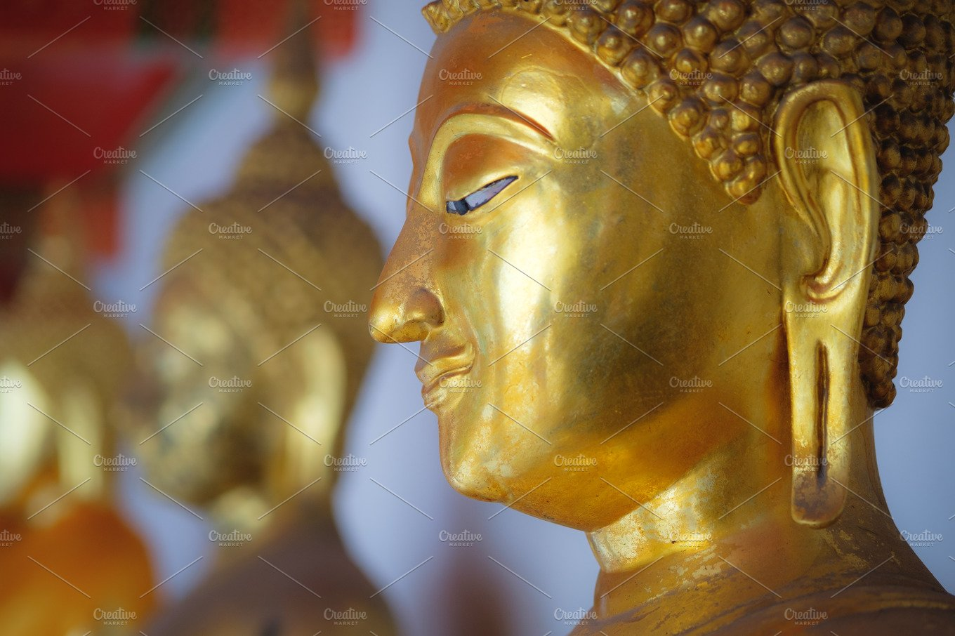 line of sitting gold buddha statues in wat pho temple in bangkok