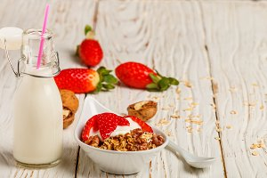 granola with fresh strawberries