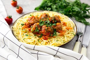 Spaghetti pasta with meatballs and parsley with tomato sauce, se