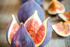 Ripe figs : cross section and whole