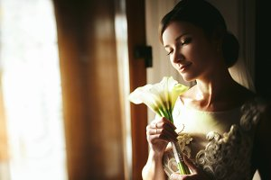 Bride holds a tender bouquet